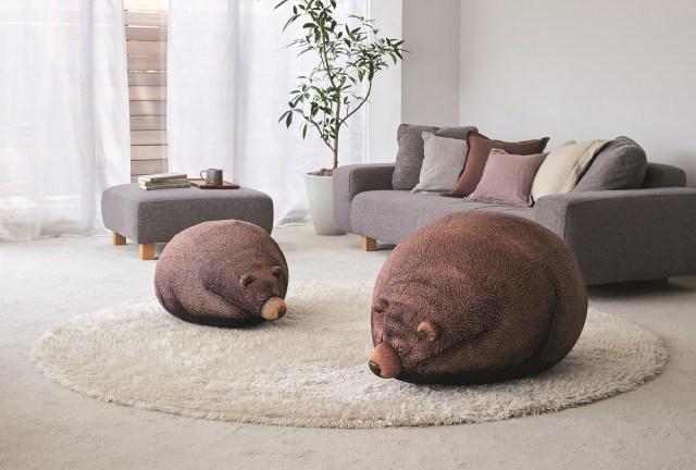 まるで本物みたいな「クマ」のビーズクッションにほっこり♡ 体を丸めてお昼寝する姿がたまらんです…!