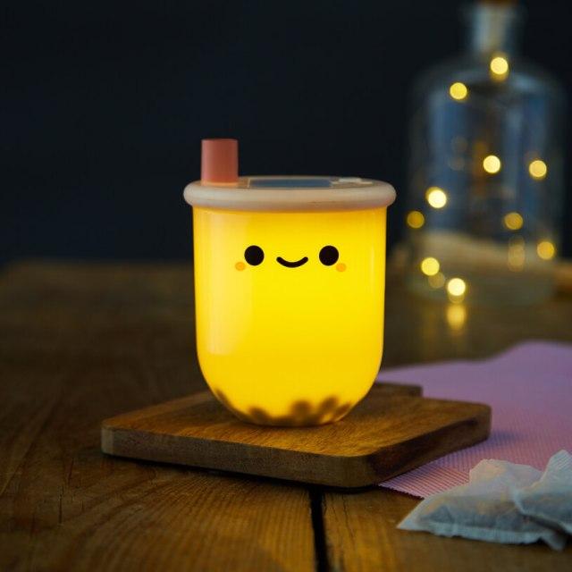 タピオカミルクティー型のライトを発見! 揺らすと動くタピオカや片手に収まるサイズ感が可愛いよ♡