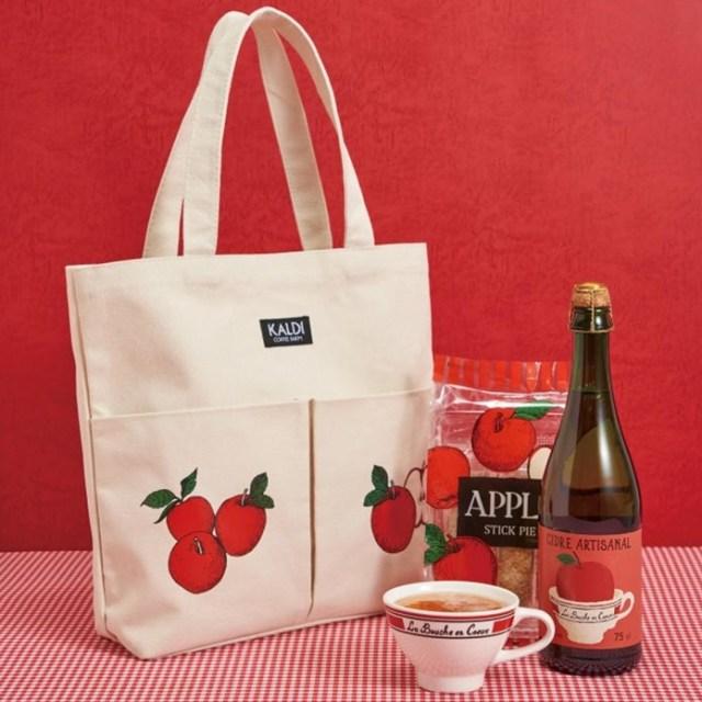 カルディに数量限定で「りんごバッグ」が登場! りんご柄のトートバッグにシードルやお菓子が入ってます