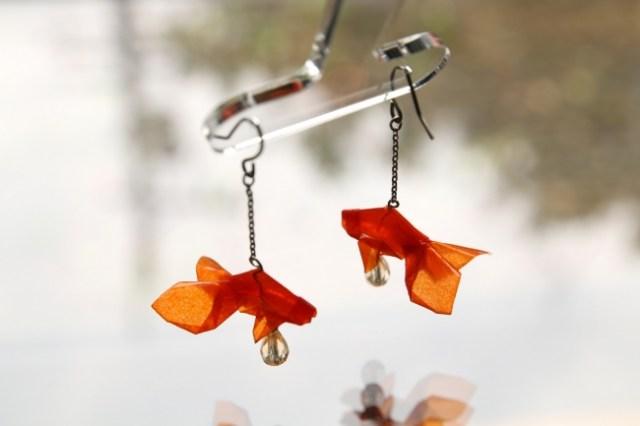 金魚や折り鶴をモチーフにした「折り紙ピアス」の雅な美しさにうっとり…光を通すので心地よい雰囲気も魅力的です