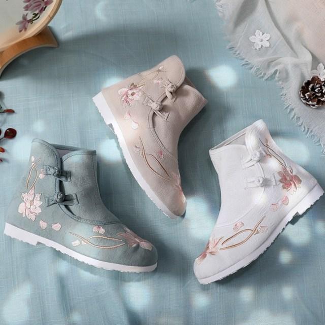 ヴィレヴァンの「中華シューズ」から新作ブーツが登場! 秋冬の足もとをオリエンタルな刺しゅうで彩っちゃお♪