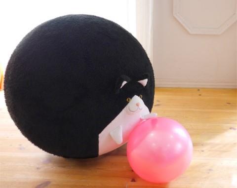 丸い、丸すぎる…!! バランスボールにかぶせるだけでモフモフ動物に変身!? ちょっとシュールなバランスボールカバーを発見