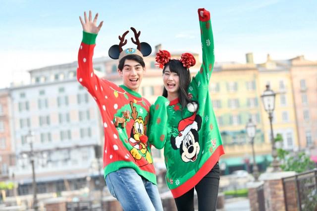 ディズニークリスマスグッズに「アグリーセーター」風のアイテムが登場! ミッキーとプルートの大胆なデザインがキュートです