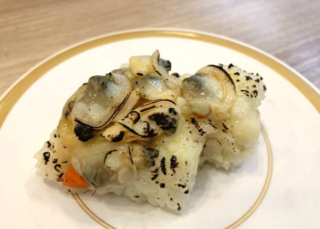 かっぱ寿司が「クラムチャウダー」の押し寿司を発売! 無理があるだろ…と思って食べてみたら予想外の美味しさ! これはハマるよ〜!