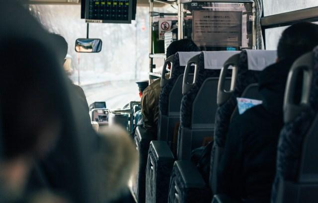 「高速バス」を利用しているときに感じるあるある29 / 「どこかの誰かのイビキが気になる」「渋滞時間が恐ろしい」など