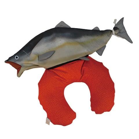 【狂気】お腹からすじこがドーーーン!!!! ビジュアルが攻めすぎている「鮭」のネックピローに戦慄