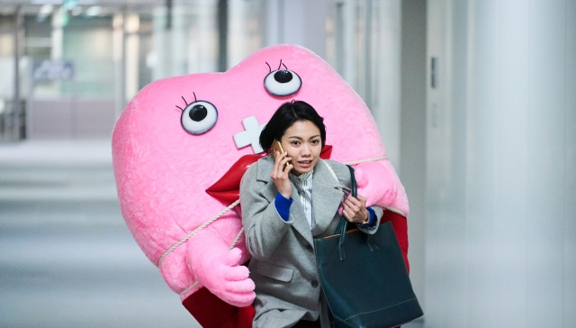 【本音レビュー】映画『生理ちゃん』は女性と生理の密な関係を描いた傑作! 着ぐるみの生理ちゃんのバツグンな存在感に注目