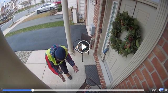 【優しい世界】配達員のためにプレゼントを玄関に用意 → 監視カメラで喜びのダンス姿が撮影されていた!