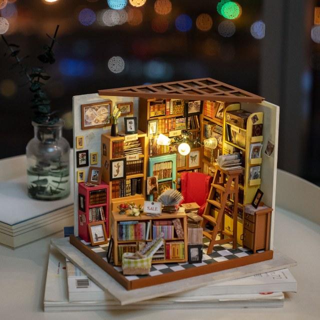 本がびっしりと並んだドールハウスが美しい! アレンジ次第で本屋さんにも書斎にもなるよ
