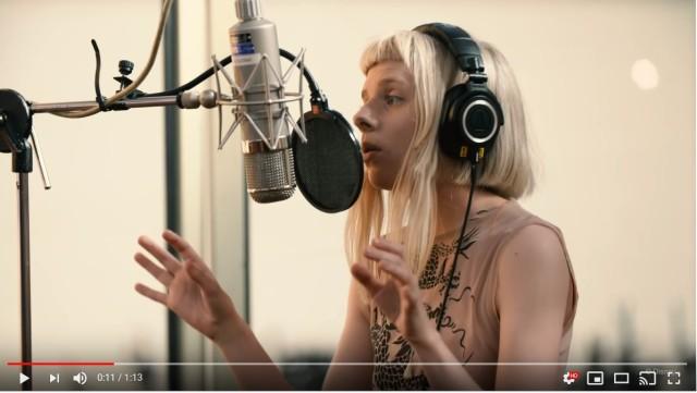 アナ雪2のテーマソングで聞こえる「アァ〜アァ〜」の声の主は23才の歌手オーロラ! レコーディング姿は本物の妖精みたいです