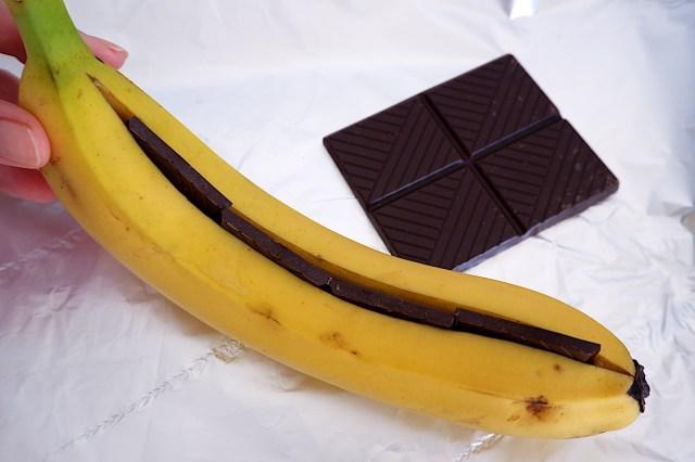 イギリス人に教わった最高に美味しい「焼きバナナチョコ」の作り方 / バナナにチョコ挟んで丸ごと焼くだけ