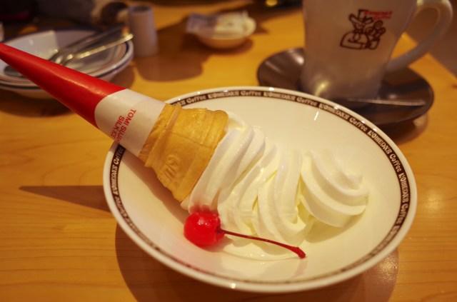 【素朴な疑問】なぜコメダ珈琲店のソフトクリームはお皿に倒れてるの!? 気になったので問い合わせてみた
