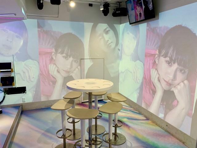 【臨場感】ビッグエコー2店舗に「Perfumeコラボルーム」が期間限定登場! 3面プロジェクターでPerfumeのライブ映像を楽しめちゃうよ~!