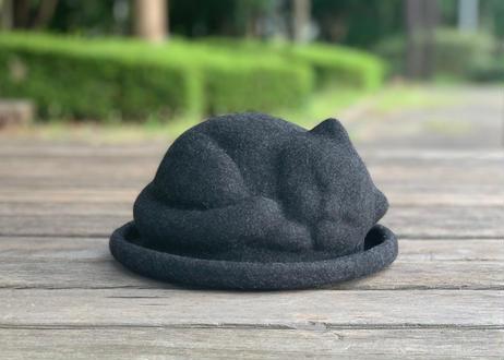 アタマの上で猫がスヤァ…!? 2度見必至の「うとうと眠る猫ちゃん帽子」がヴィレヴァンに登場したよ!