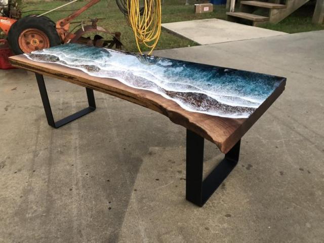 テーブルに海を再現! 今にも動き出しそうな「波打ち際」デザインがステキです