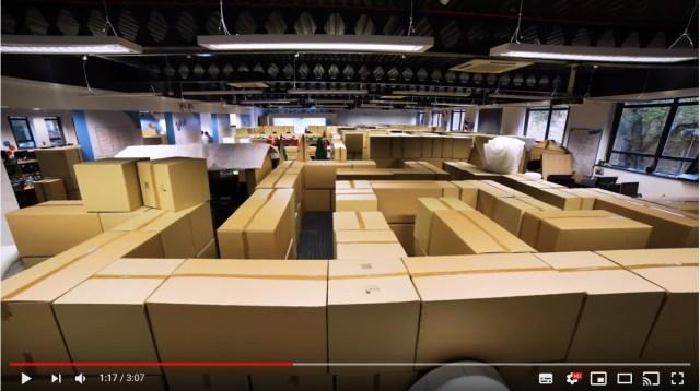 出社したら…オフィスが巨大迷路になってる!? 会議室は巨大なボールプールになってるし、一体何が起きてるの~!?
