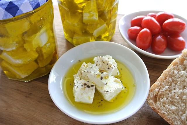 【作り置きにも】牛乳1本を使って「チーズ」を作ってみよう♪ オイル漬けにすれば美味しいおつまみになるよ