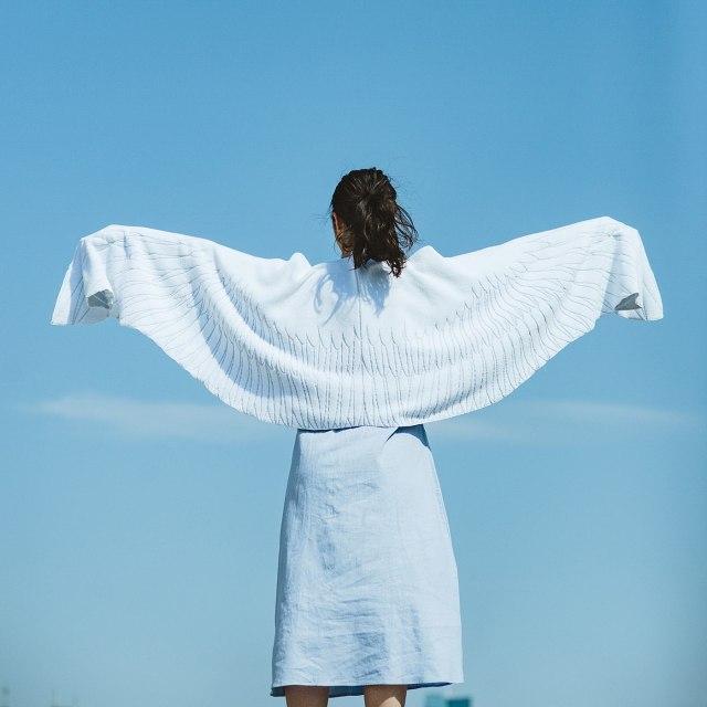 フェリシモの「天使の羽タオル」がかわいい~♡ 内ポケットに手を入れることでバッサバッサと羽ばたけます