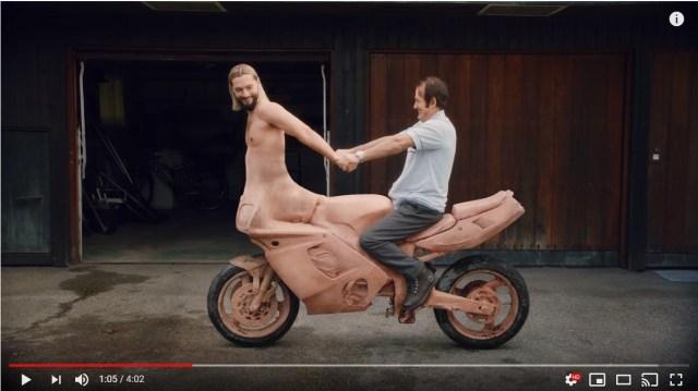 下半身がバイクになった男が運命の相手を探す…摩訶不思議な世界観のMVが話題です