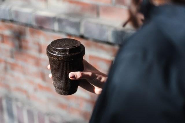 コーヒーのカスを再利用して作った「エコタンブラー」が素敵♪ ほんのりコーヒーの香りがするんだって