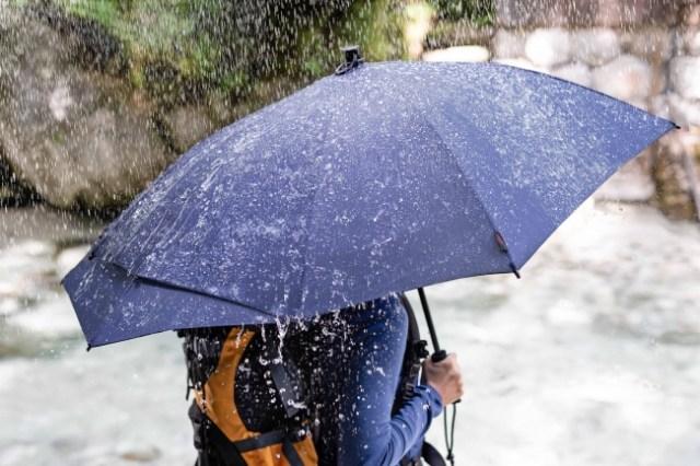 「背中やリュックが濡れない傘」が新発売! 傘を開くと後部の一部がびよ~んと伸びるよ