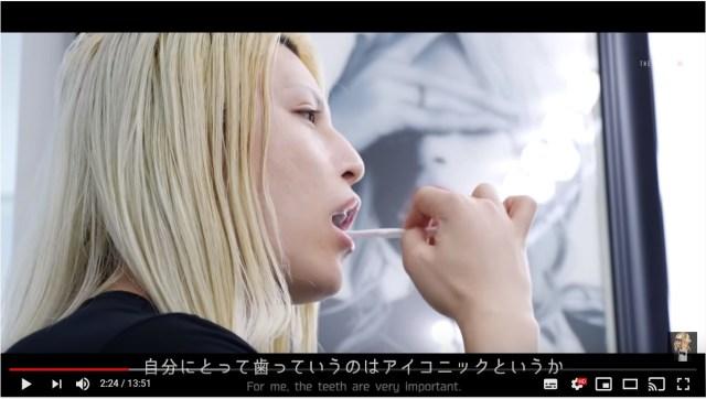 ローランド様がモーニングルーティン動画を公開!「歯ブラシは使い捨て」「スキンケアは意外と無印良品」など