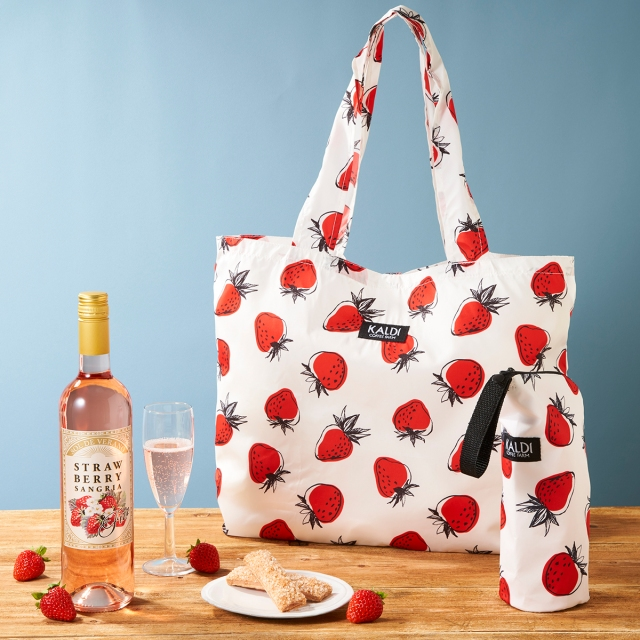 カルディから「いちごバッグ」が数量限定で発売! いちご柄の大きめトートにいちごのお酒やお菓子が入ってて可愛さ満点です