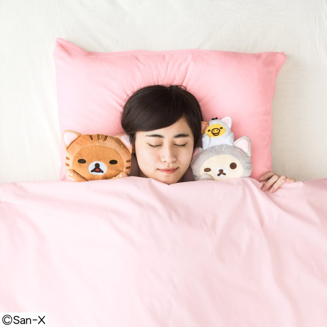 猫になった「リラックマ」に添い寝してもらえる枕が可愛すぎー!! 肉球カラーの枕にも癒やされます♪