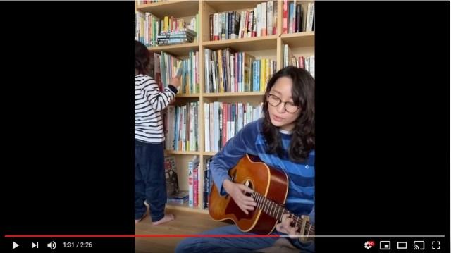 杏が自粛するみんなに「ギターの弾き語り動画」を公開。健気な歌声とメッセージが自然と泣けてくると話題に…