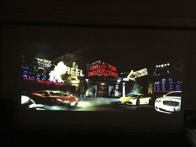 自宅でひとりプロジェクター映画館を開催したら…テレビとまるで違う! 推しが大画面に写って包まれるような迫力だよぉお!!