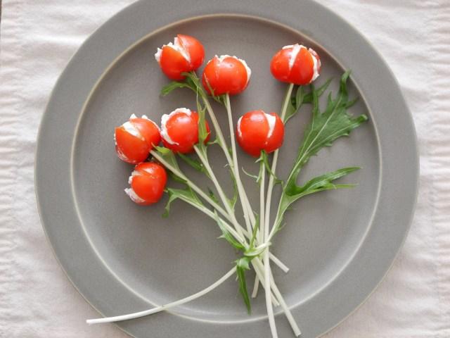 【簡単レシピ】トマトとチーズで作る「チューリップサラダ」が可愛い! お皿の上に真っ赤なチューリップが咲くよ!