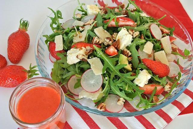 【簡単レシピ】サラダのトマトをイチゴに変えるだけ! 自家製ドレッシングで食べる「いちごづくしの春色サラダ」