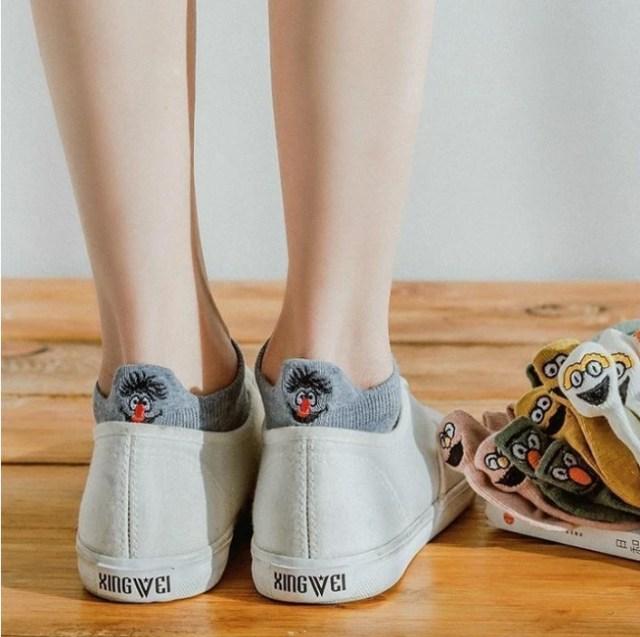 靴の後ろからキャラクターが「こんにちは!」する靴下がかわいい~♡ ありそうでなかったデザインに胸がキュゥゥウン