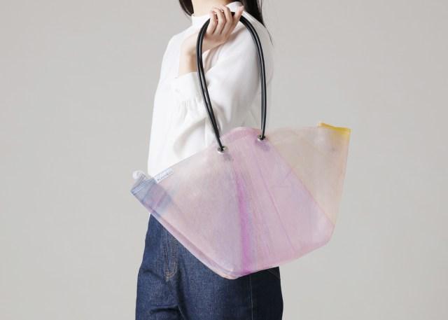 ビニール傘を再利用したトートバッグが魅力的! すべて模様が異なる1点ものです