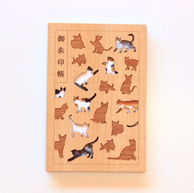 木の素材に猫がデザインされた御朱印帳がほっこりした可愛さ…木の香りもしてくるよ