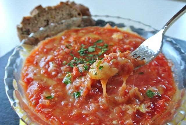【万能ソース】レンジ5分で作れる絶品「トマトソースのとろとろチーズエッグ」! パン、パスタ、リゾットなんでも合いますよ