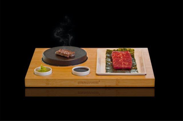 おうちが鉄板焼きレストランに!? アツアツの溶岩石でステーキや焼き肉を楽しめる「石焼きセット」