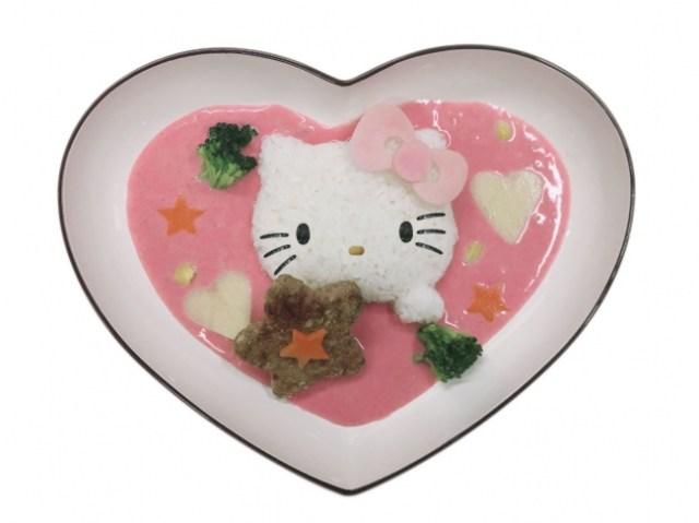 成田空港内に「ハローキティコラボカフェ」が期間限定登場! 可愛いカレーや歴代キティデザインのラテなど揃っています♪
