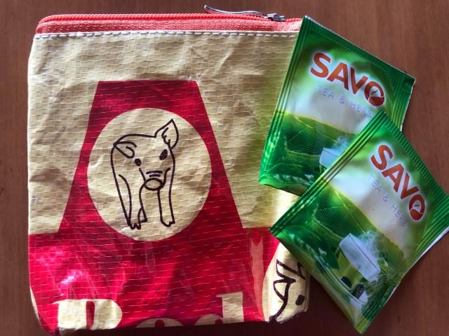 カルディ「サイゴンポーチ」の可愛さよ…ベトナム飼料袋素材のオリジナルポーチが魅力的&蓮茶もセットです