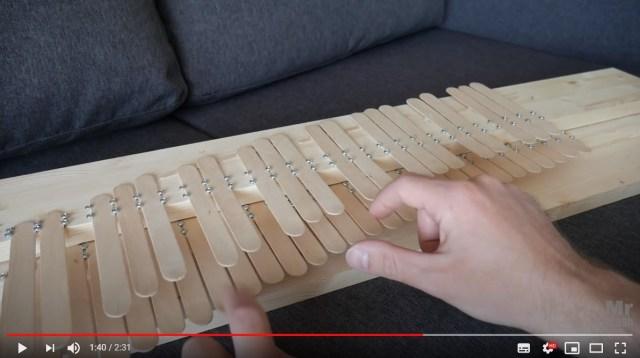 アイスの棒でピアノを作ったらどんな音が出る!? やさしく温もりのある音色で『ねこふんじゃった』を演奏しています