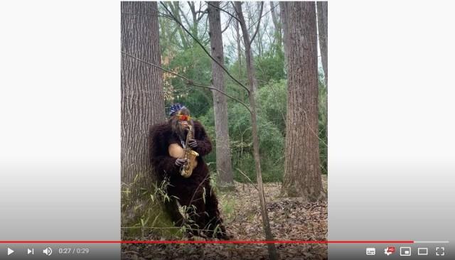 未確認生物「ビッグフット」が森の中でサックスを演奏しておる…! やたらムーディーでじわじわきます