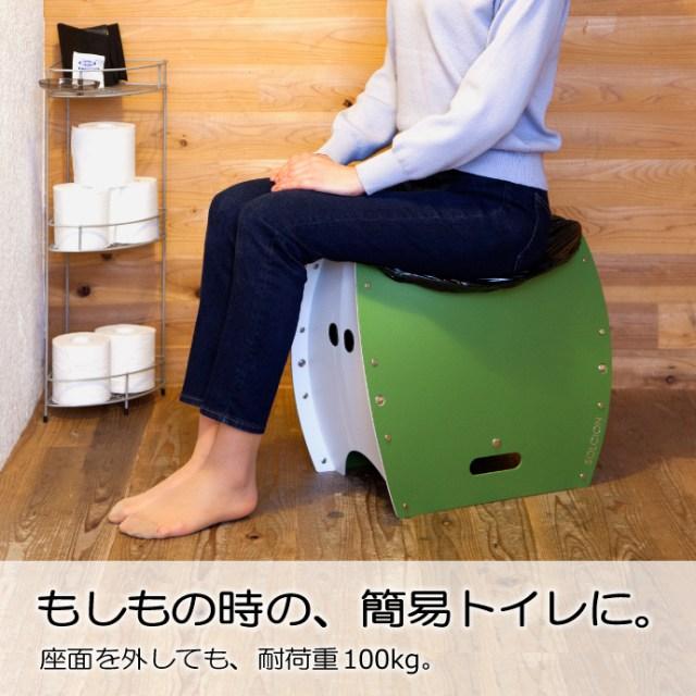 5秒で簡易トイレ・ゴミ箱になる「折り畳みイス」が緊急時に便利! トイレとして使うときは「穴に袋を設置するだけ」
