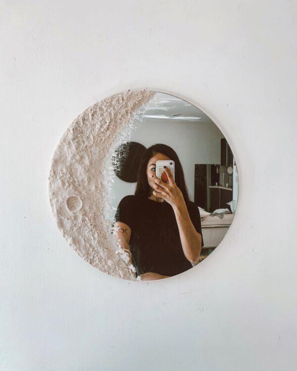 おしゃれすぎるインテリア「月ミラー」が美しい! 月の欠けた部分が鏡になるデザインで存在感抜群です