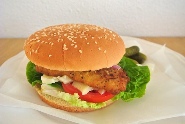【裏技】ハンバーガーは「逆さま」にして食べるとこぼさずキレイに食べられるんです!