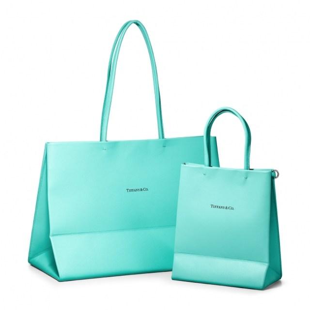 ティファニーのショッピングバッグが「レザーバッグ」に! 折り目やロゴまで完全再現しています