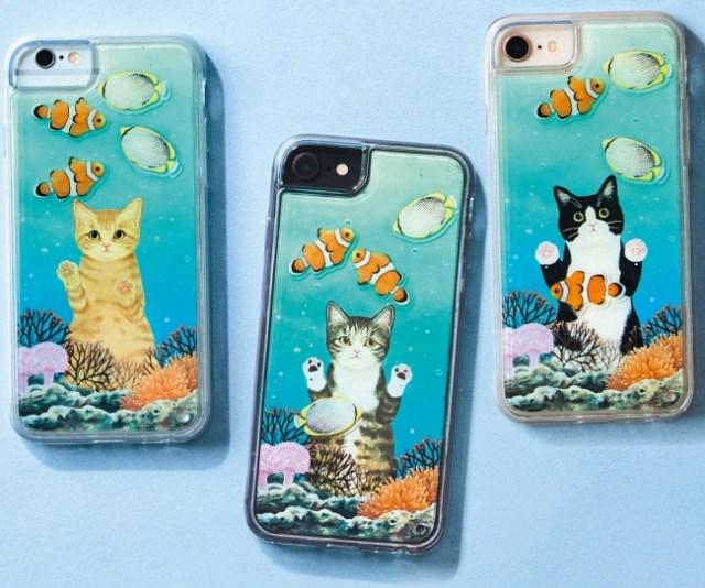 猫たちが水槽の中を見つめる「スマホケース」がかわいい♪ 動かすたびにお魚が泳いで涼しげだよ~!