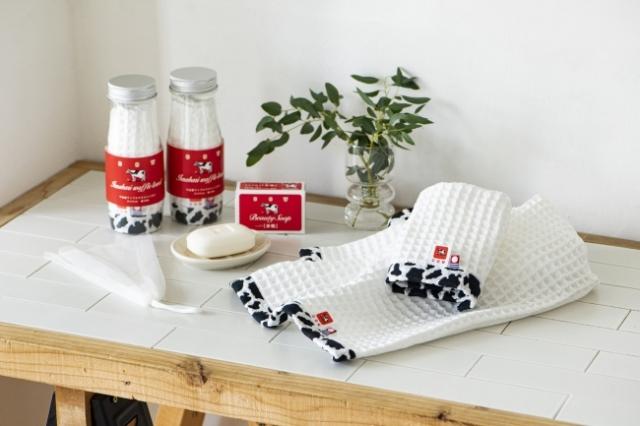おなじみの牛乳石鹸「赤箱」が今治タオルになっちゃった! 牛乳瓶入りや巨大サイズの赤箱などパッケージも凝っているよ