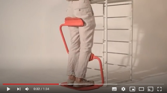 「立つ」と「座る」の間になる椅子!? 立ち仕事とデスクワークの悩みを同時に解決する画期的な椅子が話題です