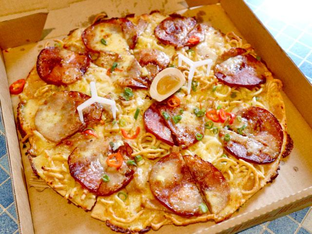 話題になった台湾ピザハットの「ラーメンピザ」を食べてみた! 日本人とイタリア人が怒るというのは本当なのか…!?