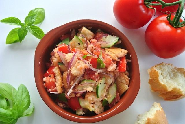 【簡単レシピ】パンとトマトで作るお手軽サラダ「パンツァネラ」 固くなったパンが美味しくよみがえるよ